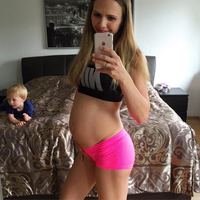 Chica mostrando su embarazo de 21 semanas