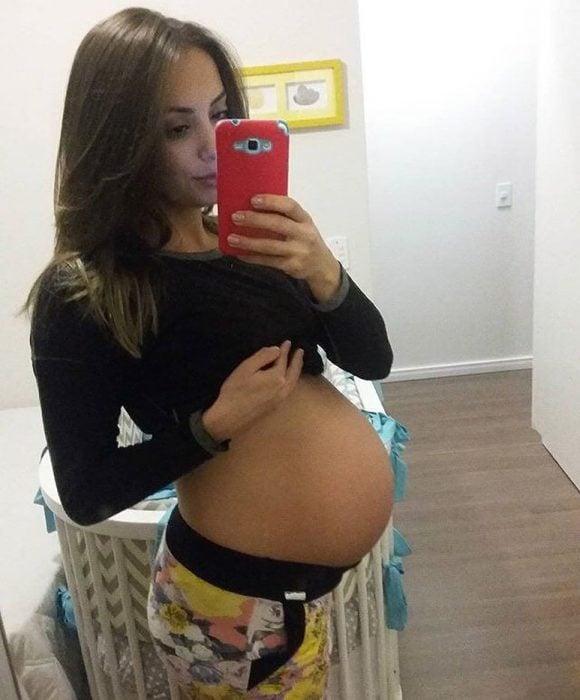Chica mostrando su embrazo de 38 semanas