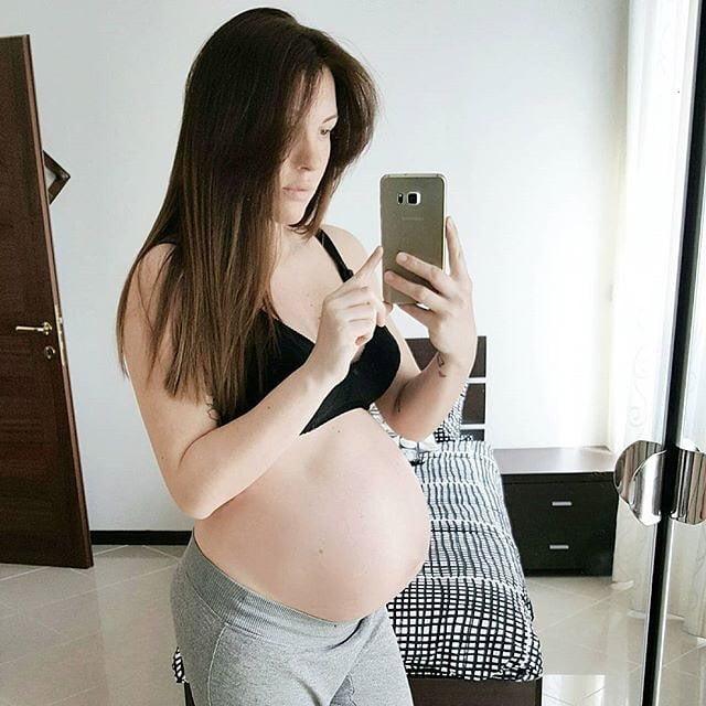 Chica mostrando su vientre con 35 semanas de embarazo