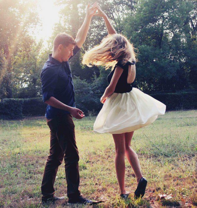 pareja en el cesped bailando