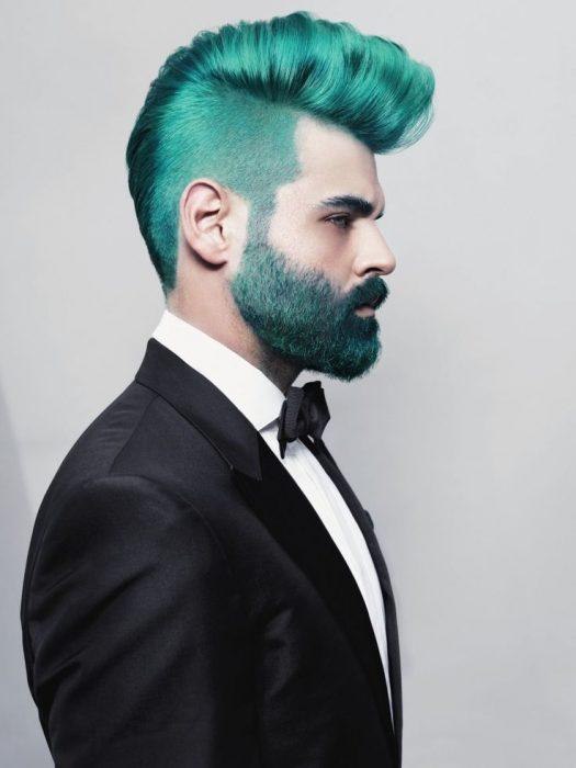 Hombre con el cabello y barba color verde