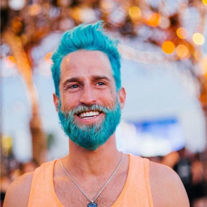 Hombre con el cabello y barba pintada de azul