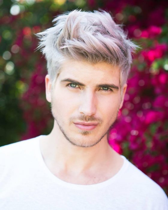 Chico con el cabello gris