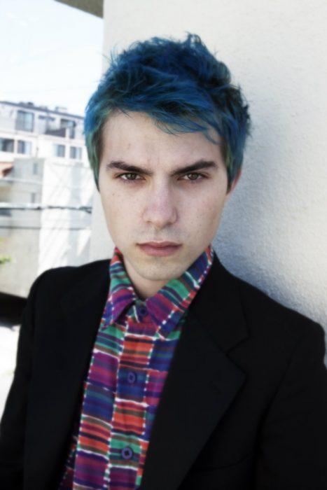 Chico con el cabello azul