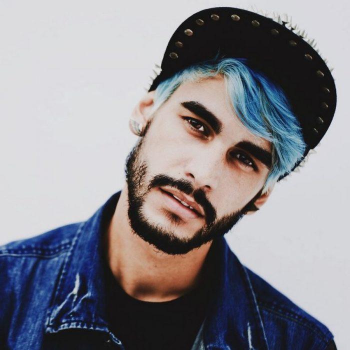 Chico con el cabello azul cielo