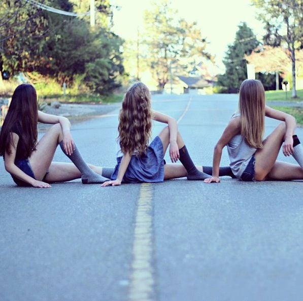 Chicas sentada en la carretera con las piernas cruzadas