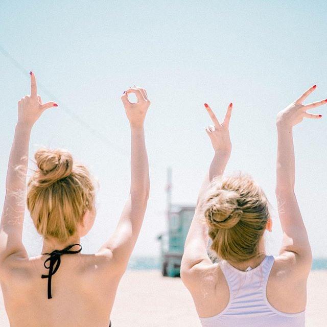 Chicas formando la palabra LOVE con sus dedos
