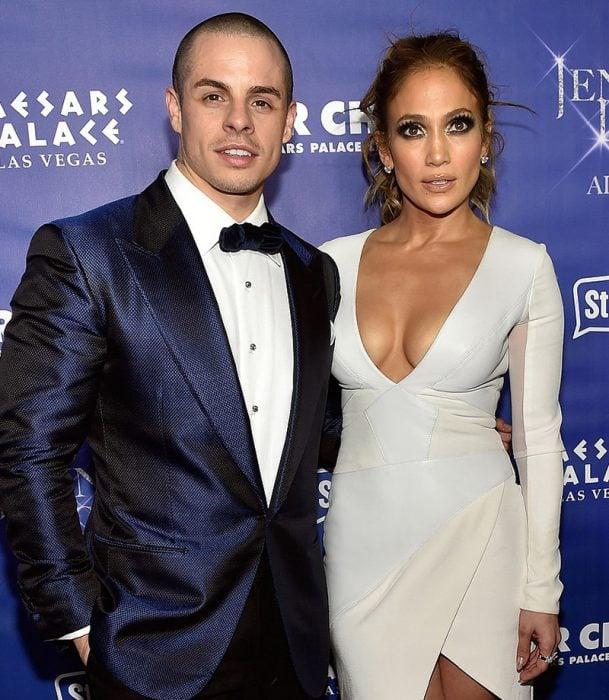 hombre con traje azul y mujer morena con vestido blanco
