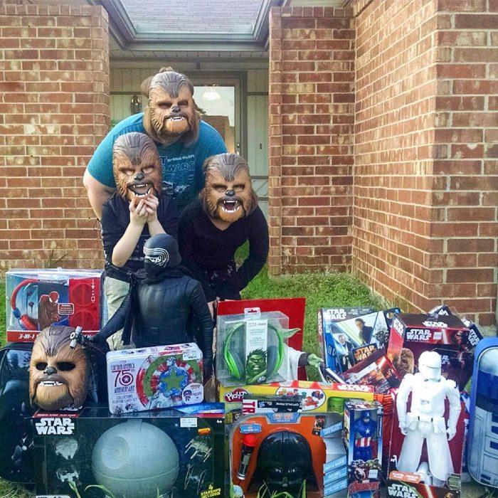 Mamá y familia con máscaras de Chewbacca