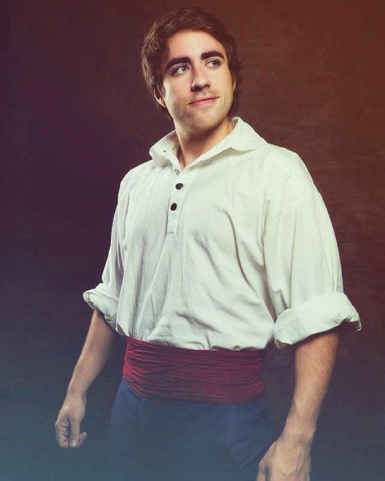 Leo camacho cosplayer que imita al príncipe Eric
