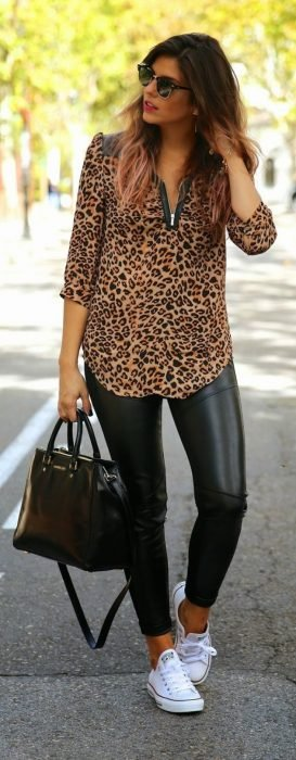 Chica usando una blusa animal print, leggins y zapatillas de color blanco
