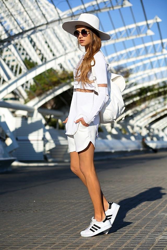 Chica usando un conjunto en color blanco combinado con unas zapatillas de  color blanco
