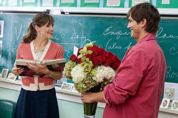 hombre sorprende a mujer con flores
