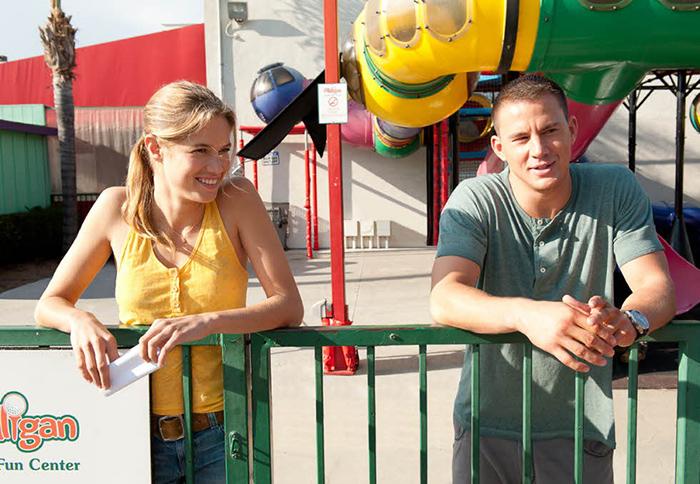 hombre y mujer en parque innfantil platicando