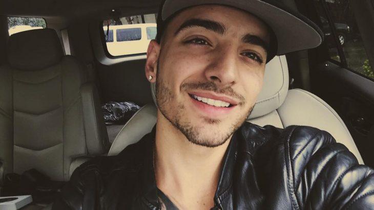 Maluma con gorra y sonriendo
