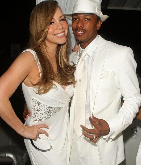 mujer con vestido blanco sonriendo y hombre con traje blanco