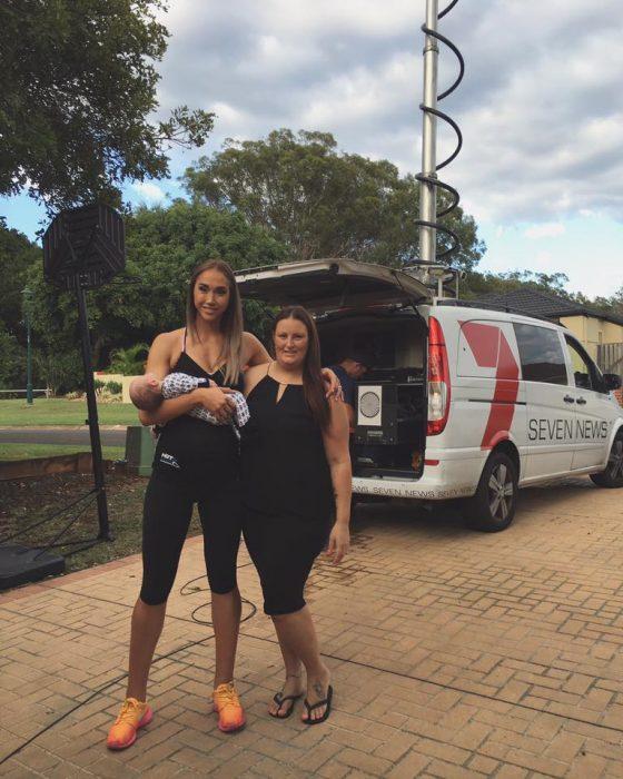 Mujeres con distintos vientres en sus embarazos mostrando a sus bebés