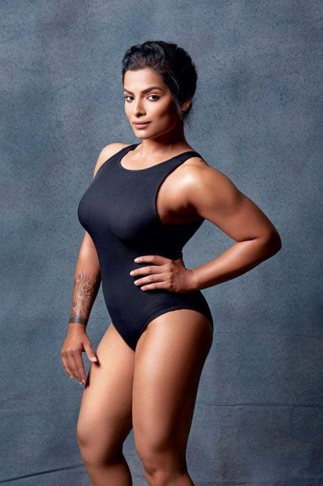 Mujer musculosa posando para la revista Elle en traje de baño negro