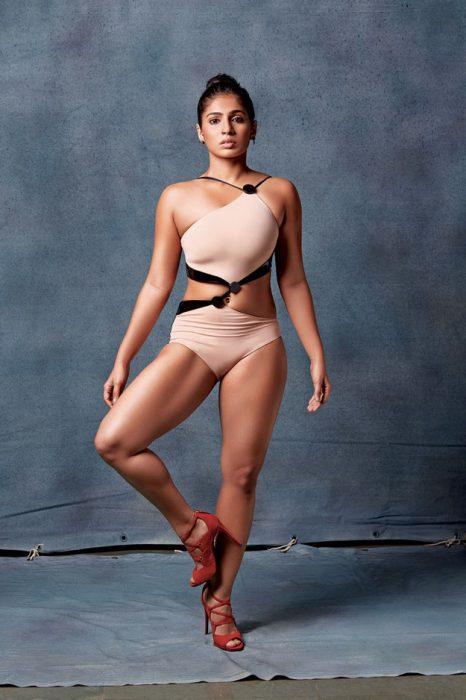 Mujer musculosa posando para la revista Elle en traje de baño color nude