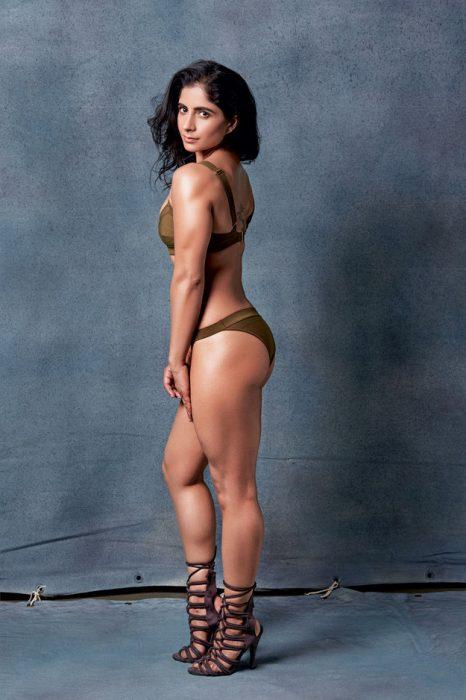 Mujer musculosa posando para la revista Elle en traje de baño color café