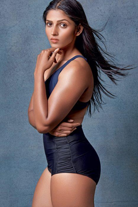 Mujer musculosa posando para la revista Elle en traje de baño color negro