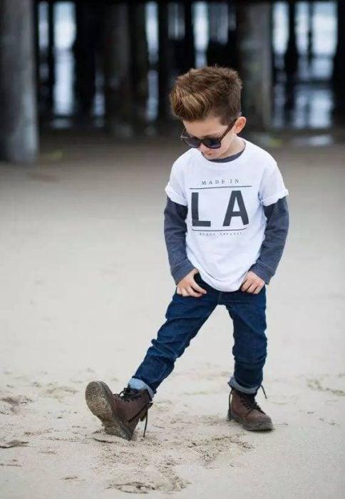 Bebé con pantalón de mezclilla y botas