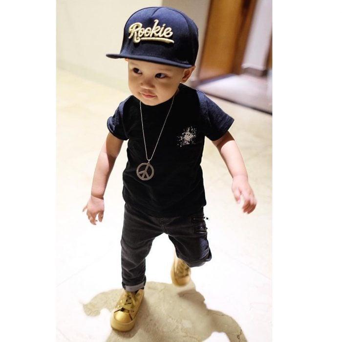 bebé con gorra estilo urbana