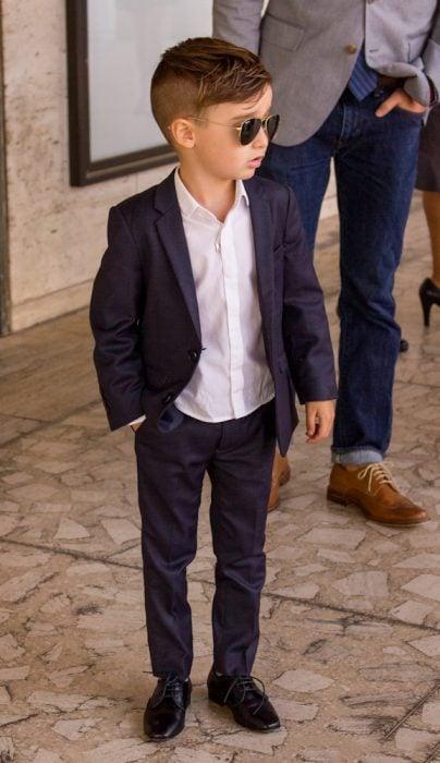 bebé con traje y zapatos