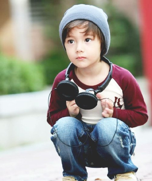 bebé con audífonos para música