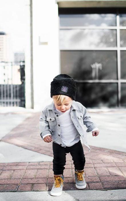 bebé con gorro para el frío