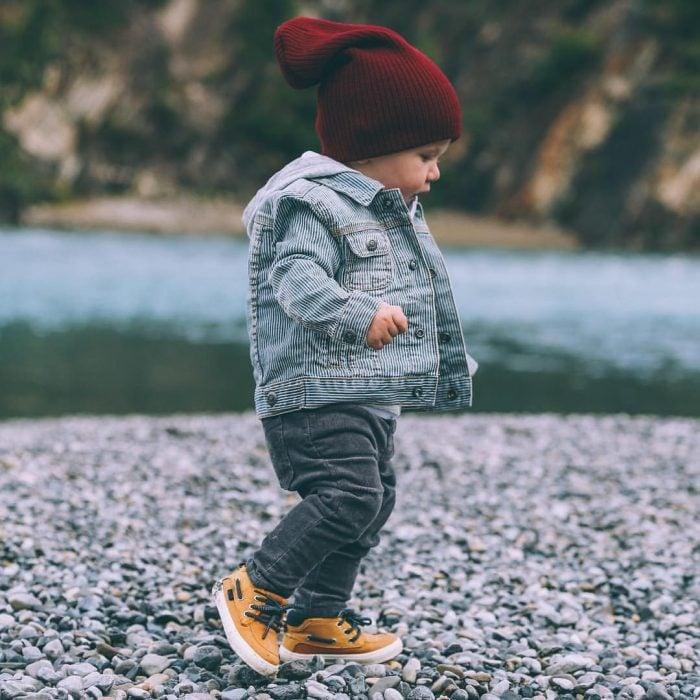 bebé con ropa para frío