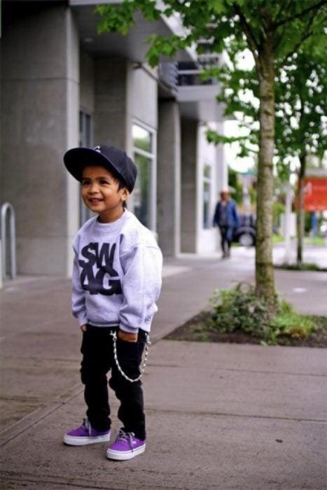 Bebé vestido como skater
