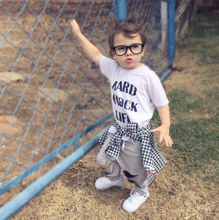 bebé con lentes de pasta