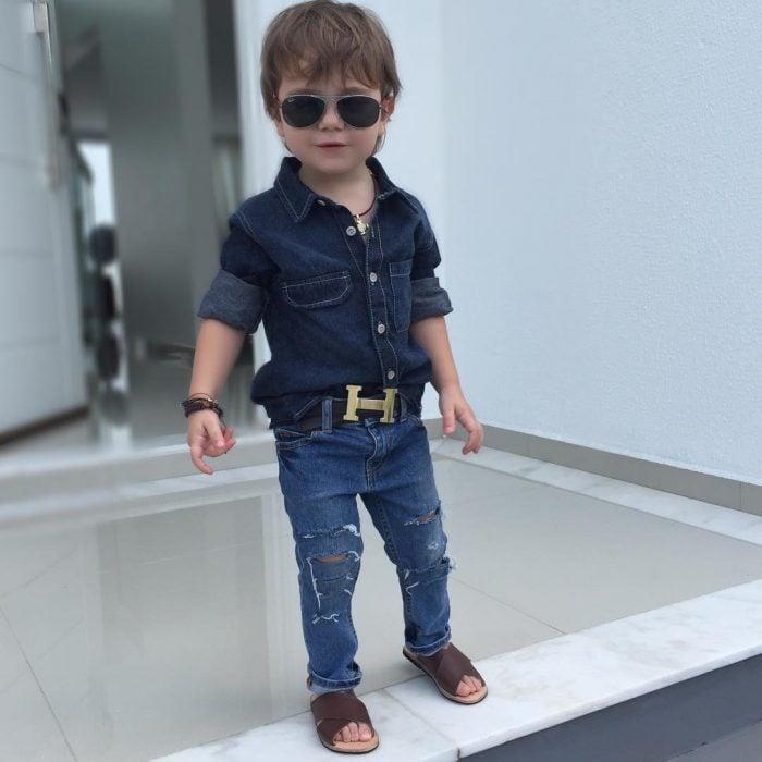 Bebé con ropa de mezclilla y huaraches