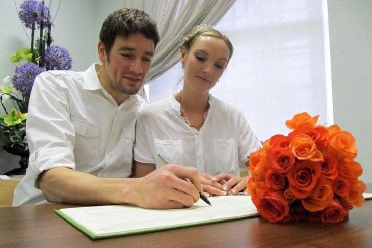 Amelia y Brett Irwin se casaron en 8 países