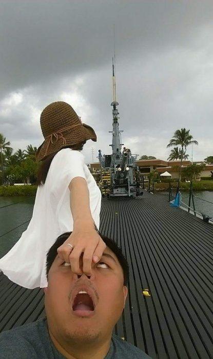 Chica tomando de la nariz a su pareja mientras caminan por Hawai