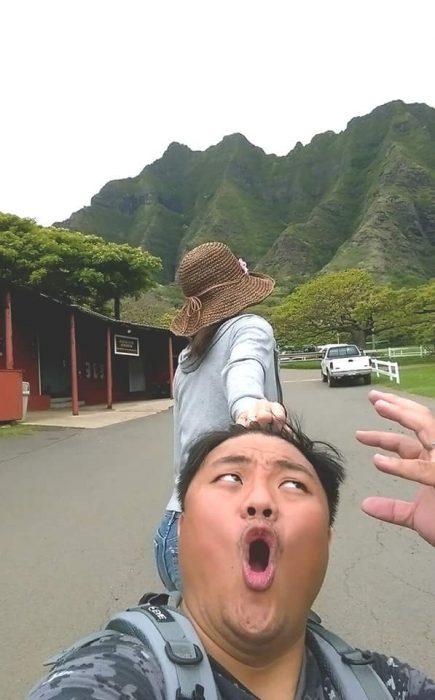 Chica tomando del cabello su pareja mientras caminan por Hawai