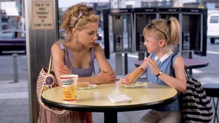 niñera y niña platican