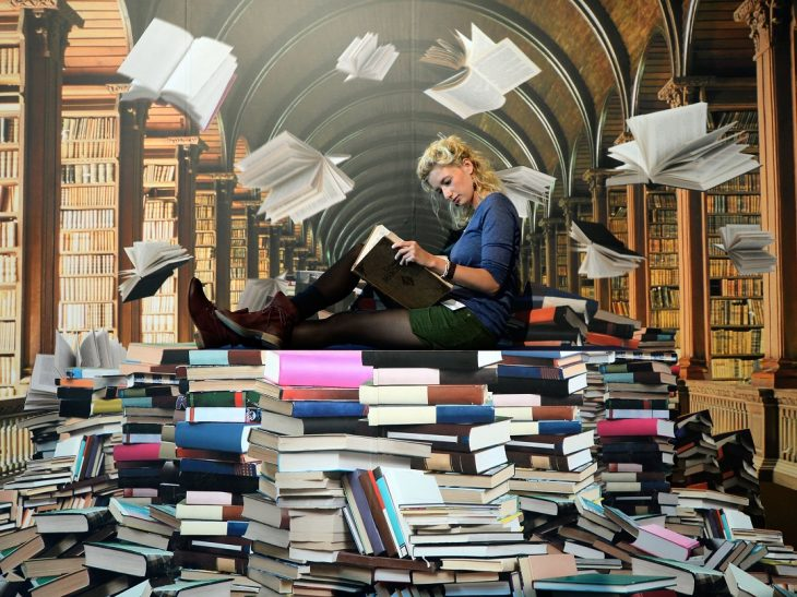 chica sentada entre libros