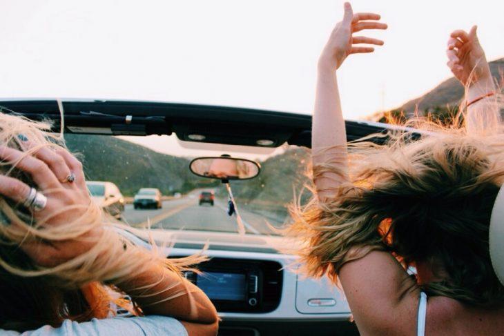 Chicas viajando en un coche convertible