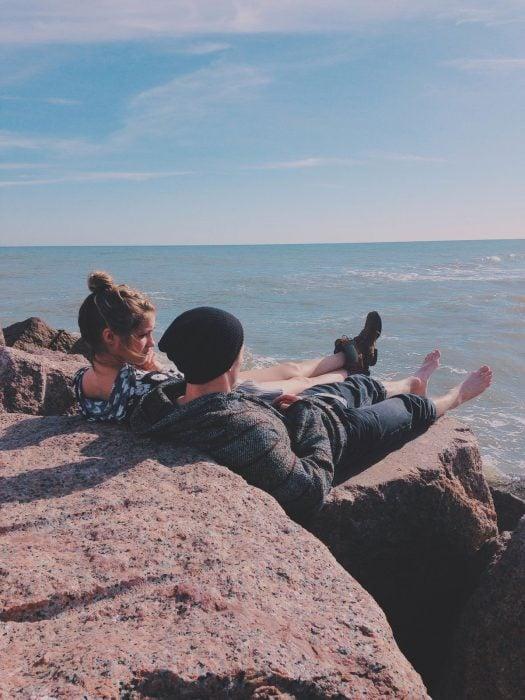 Pareja platicando frente al mar
