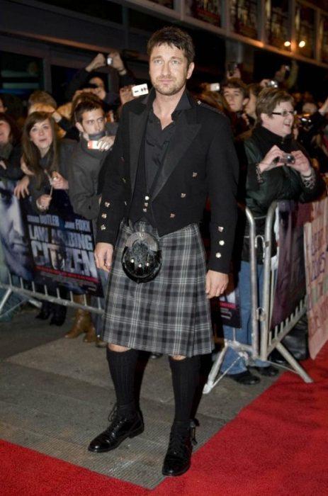 Actor vistiendo una falda escocesa en una alfombra roja
