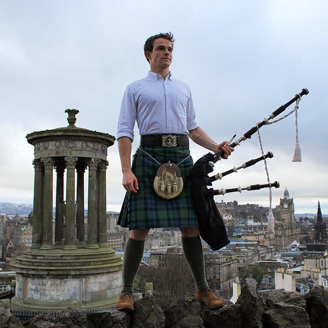 Chico con una gaita usando una falda escocesa