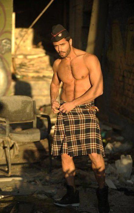Chico usando una falda escocesa