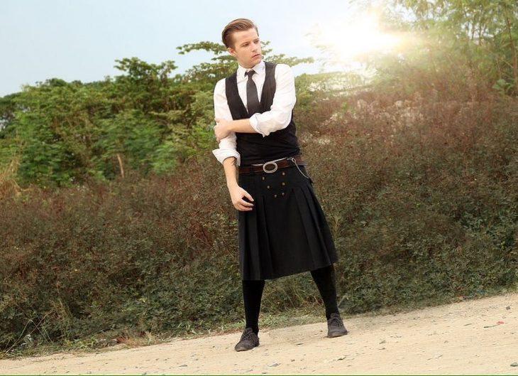 Chico usando falda escocesa en color negro