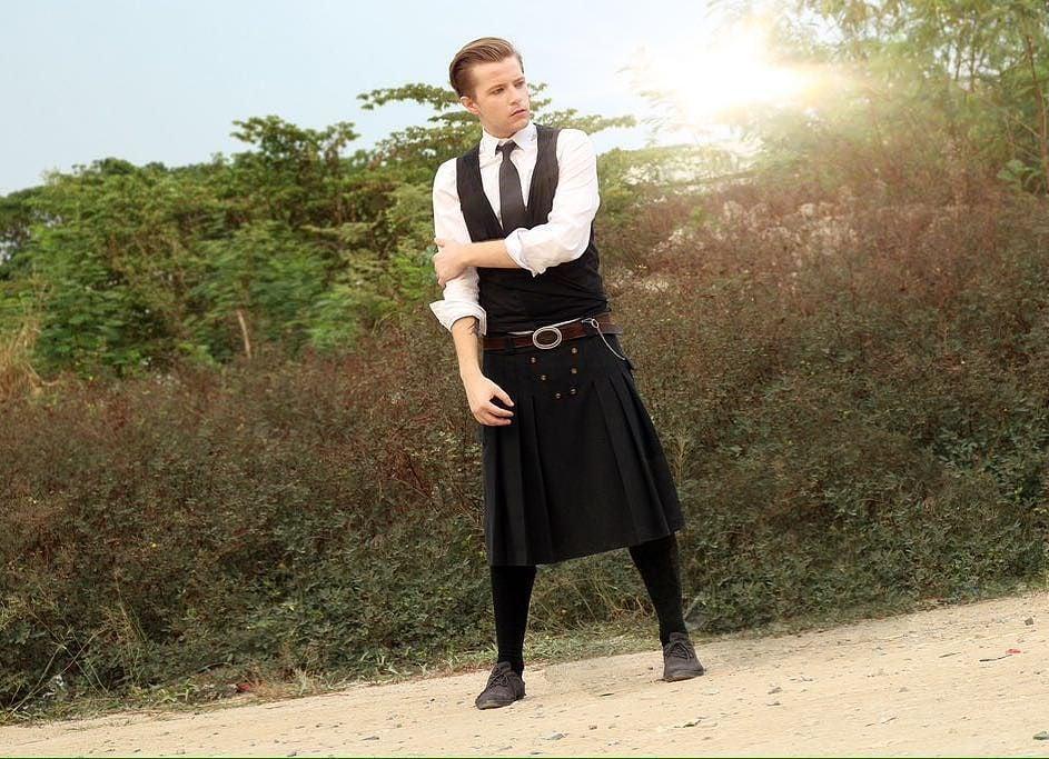 Hombres con falda escocesa pajeandose