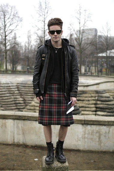 Chico hipster usando una falda escocesa