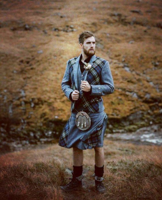 Chico usando una falda y chaleco escoces