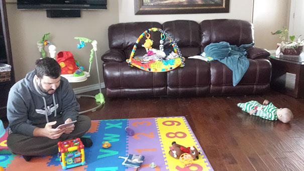 Chico jugando con su bebé en un tapete