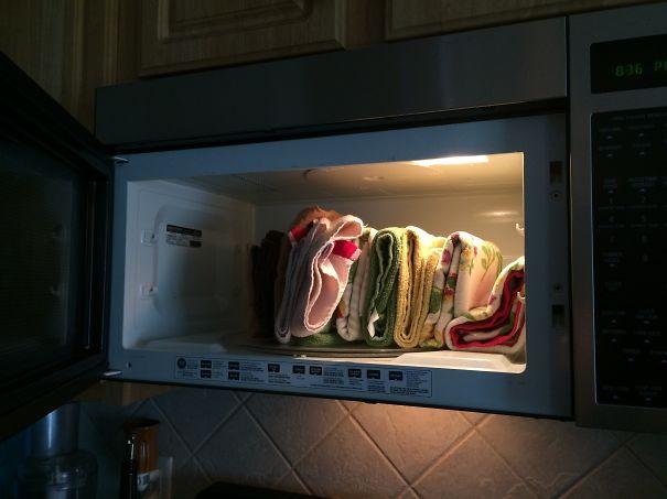 Toallas de la cocina puestas en el microondas